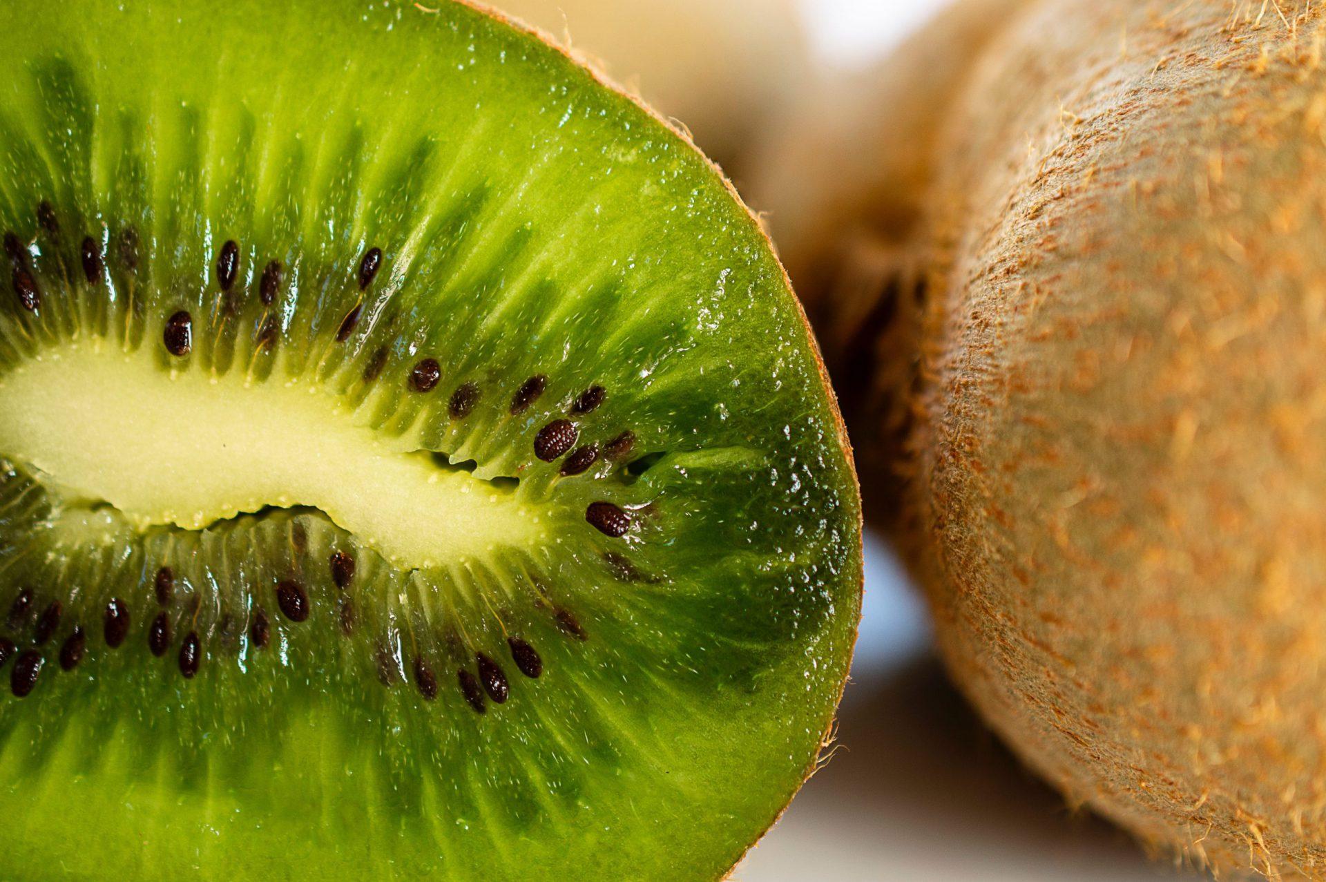Nahaufnahme einer zerschnittenen Kiwi